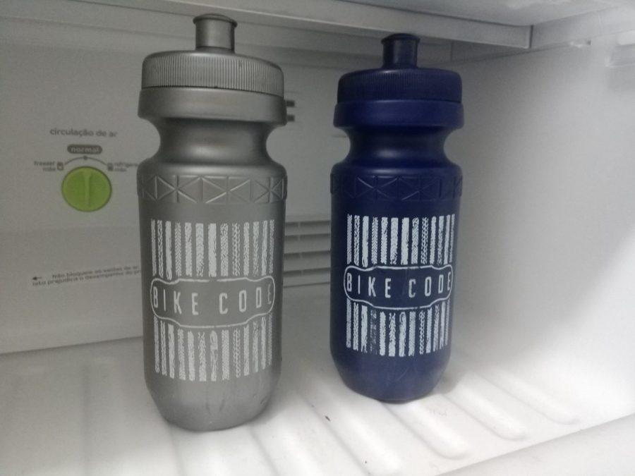 Duas garrafas d'àgua para bicicleta dentro de uma geladeira.