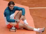 En finale, Nadal expédie son compatriote David Ferrer. Pour la première fois dans l'histoire du tennis, un joueur s'impose à huit reprises dans un même tournoi du Grand Chelem. Roland-Garros est à jamais frappé du sceau de la suprématie nadalienne.