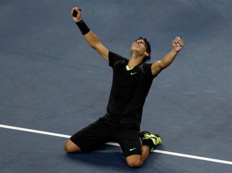 Discret entre Wimbledon et l'US Open, Nadal bénéficie à Flushing d'un tableau clément. Il se hisse en finale sans trop de problèmes. Là, il prend le dessus sur Novak Djokovic en finale. Tout de noir vêtu, il s'offre le dernier titre majeur qui lui faisait encore défaut.