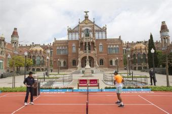 Rafael Nadal and Kei Nishikori play tennis in front of the Sant Pau Recinte Modernista in Barcelona 2015 (3)