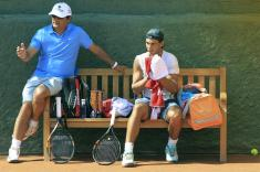 Rafael Nadal chats with Uncle Toni during his practice in Barcelona 2015 (2)