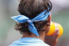 El español Rafa Nadal durante un descanso en su partido de la primera ronda de Roland Garros disputado contra el francés Quentin Halys, en París (Francia), hoy, martes 26 de mayo de 2015. EFE/Yoan Valat