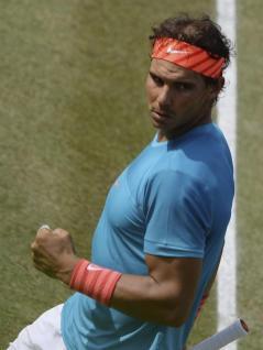 El tenista español Rafael Nadal, durante el partido de la segunda ronda del torneo de Stuttgart que disputa contra el chipriota Marcos Baghdatis en Stuttgart, Alemania, hoy, jueves 11 de junio de 2015. EFE/Marijan Murat