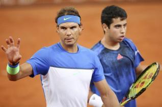 Los tenistas españolez Rafael Nadal (i) y Jaume Munar (d) durante el partido de dobles contar los italianos Bolelli y Fognini en el torneo de Hamburgo, Alemania hoy 27 de julio de 2015. EFE/Bodo Marks