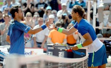 Rafael Nadal (R) of Spain shakes hands with Fabio Fognini of Italy whom he defeated in their final match at the ATP tennis tournament in Hamburg, Germany, 02 August 2015. (Tenis, Alemania, Italia, España, Hamburgo) EFE/EPA/Daniel Reinhardt