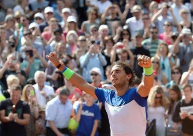 Rafael Nadal of Spain celebrates after winning the final match against Fabio Fognini of Italy at the ATP Tennis Tournament in Hamburg, Germany, 02 August 2015. (Tenis, Alemania, Italia, España, Hamburgo) EFE/EPA/Daniel Reinhardt