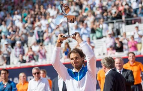 Rafael Nadal of Spain poses with his trophy after winning the final match against Fabio Fognini of Italy at the ATP tennis tournament in Hamburg, Germany, 02 August 2015. (Tenis, Alemania, Italia, España, Hamburgo) EFE/EPA/Daniel Reinhardt