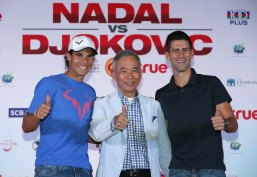 "(R-L) Novak Djokovic of Serbia, Suwat Liptapanlop, president of the Lawn Tennis Association of Thailand and Rafael Nadal of Spain pose for photographers after a news conference ahead of Friday's tennis friendly match called ""Back To Thailand - Nadal vs Djokovic"" at a hotel in Bangkok, Thailand, October 1, 2015. REUTERS/Chaiwat Subprasom"