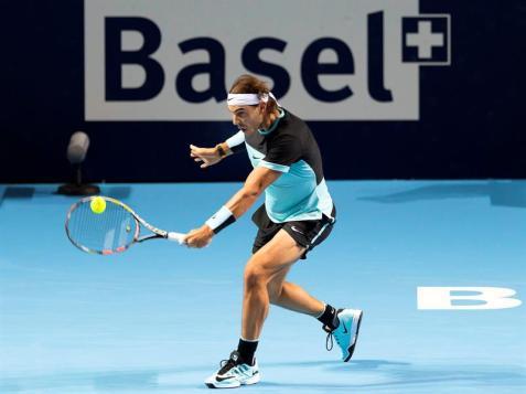 El tenista español Rafael Nadal en acción hoy, miércoles 28 de octubre de 2015, contra el jugador de Bulgaria Grigor Dimitrov en el Abierto de Basilea en Basilea (Suiza). EFE/GEORGIOS KEFALAS