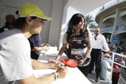 El tenista español Rafael Nadal firma autógrafos en el ámbito del torneo de exhibición de Abu Dabi (Emiratos Árabes Unidos) hoy, 31 de diciembre de 2015. EFE/Ali Haider