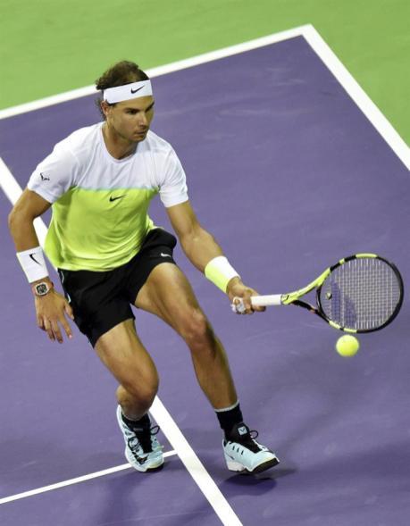 El tenista español Rafael Nadal devuelve la pelota al holandés Robin Haase durante la segunda ronda del torneo de tenis de Doha, Catar hoy 6 de enero de 2016. EFE/Stringer