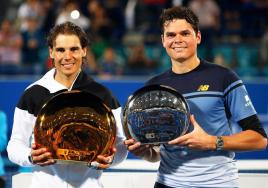 Spain's Rafael Nadal (L) poses with his trophy after defeating Milos Raonic (R) of Canada in their final match of the Mubadala World Tennis Championship in Abu Dhabi, United Arab Emirates, 02 January 2016. (Tenis) EFE/EPA/ALI HAIDER