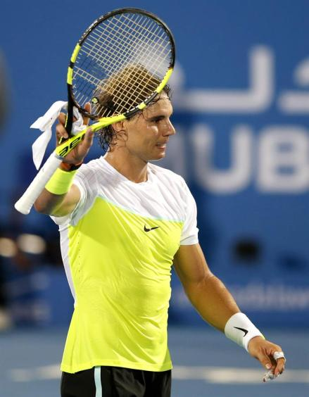 El tenista español Rafael Nadal celebra su victoria ante su compatriota, David Ferrer, tras la semifinal del torneo de exhibición de Abu Dabi (Emiratos Árabes Unidos), que ambos disputaron hoy, 1 de enero de 2016. EFE/Ali Haider