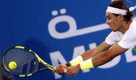 El tenista español Rafael Nadal devuelve la bola a su compatriota, David Ferrer, durante la semifinal del torneo de exhibición de Abu Dabi (Emiratos Árabes Unidos), que ambos disputaron hoy, 1 de enero de 2016. EFE/Ali Haider