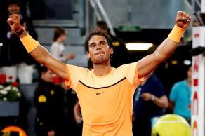 El tenista español Rafa Nadal celebra tras ganar por 6-0, 4-6 y 6-3 al brasileño Joao Souza en el partido de cuartos de final del Mutua Madrid Open que se disputa en la Caja Mágica. EFE/JuanJo Martín