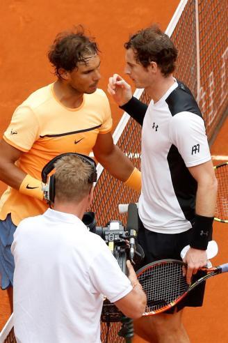 El tenista español Rafa Nadal (i) felicita a Andy Murray al término del partido de semifinales que el británico ha ganado por 7-5, 6-4 del torneo de tenis de Madrid que se disputa en la Caja Mágica. EFE/Chema Moya