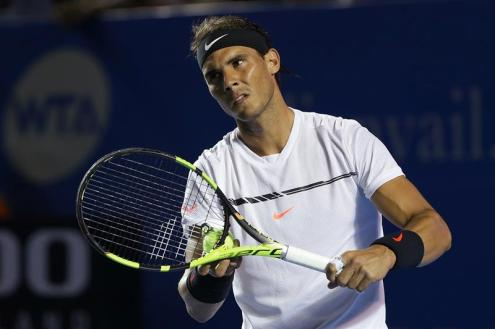El español Rafael Nadal sirve una bola al italiano Paolo Lorenzi hoy, miércoles 1 de marzo de 2017, en un partido del Abierto Mexicano de Tenis, en Acapulco (México). EFE/José Méndez