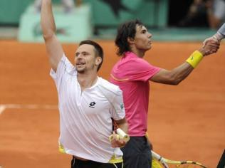 Grandissime favori de Roland-Garros, Nadal s'incline à la surprise générale en huitièmes de finale, contre Robin Söderling (2-6, 7-6, 4-6, 6-7). La seule défaite de sa carrière à ce jour sur terre battue dans un match en trois sets gagnants. Un vrai choc