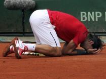Juin 2012. En quatre sets et en deux jours, à cause de la pluie, Rafael Nadal dompte Novak Djokovic en finale et remporte son 7e titre à Roland-Garros. Un match tendu, disputé dans des conditions apocalyptiques.
