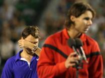 2009. Nouvelle finale face à Roger Federer. La toute première à l'Open d'Australie. Encore un match de légende. Mais le scénario semble immuable: Nadal prend le dessus au final. Victoire en cinq sets. Le Suisse n'a plus que ses yeux pour pleurer.