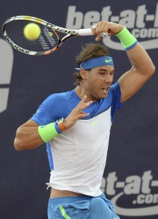 El tenista español Rafael Nadal devuelve una bola a su compatriota, Fernando Verdasco, durante el partido de primera ronda del torneo de Hamburgo, Alemania, hoy, 28 de julio de 2015. EFE/Daniel Bockwoldt