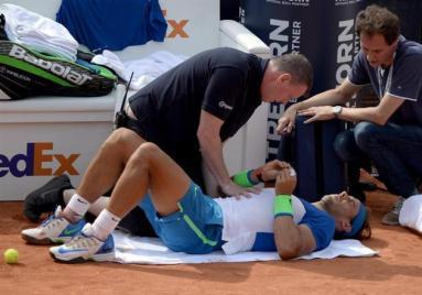 Rafael Nadal takes a break during the semi-final match against Andreas Seppi of Italy at the ATP Tennis Tournament in Hamburg, Germany, 1 August 2015. (Tenis, Alemania, Italia, Hamburgo) EFE/EPA/Daniel Reinhardt (Tenis, Alemania, Italia, Hamburgo) EFE/EPA/Daniel Reinhardt