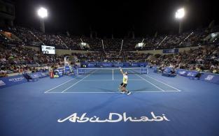 El tenista español Rafael Nadal realiza un saque ante su compatriota, David Ferrer, durante la semifinal del torneo de exhibición de Abu Dabi (Emiratos Árabes Unidos), que ambos disputaron hoy, 1 de enero de 2016. EFE/Ali Haider