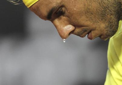 El tenista español Rafael Nadal prepara un servicio ante su compatriota Nicolás Almagro hoy, jueves 18 de febrero de 2016, durante el torneo Rio Open de Tenis, en la ciudad de Río de Janeiro (Brasil). EFE/ Antonio Lacerda
