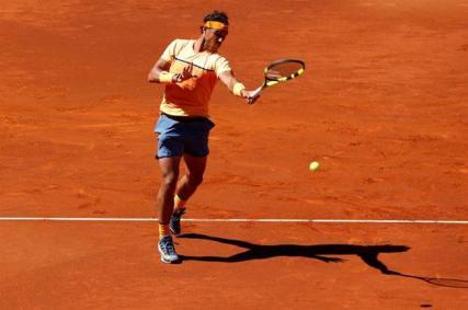 El tenista español Rafael Nadal devuelve la pelota al ruso Andrey Kuznetsov durante el partido de la segunda ronda hoy en el torneo Mutua Madrid Open que se disputa en la Caja Mágica. EFE/Chema Moya