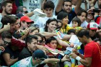 El tenista español Rafael Nadal firma pelotas que regala a los asistentes luego de vencer al tenista Gilles Simon de Francia hoy, jueves 11 de agosto de 2016, en el Centro Olímpico de Tenis en el marco de los Juegos Olímpicos Río 2016 en Río de Janeiro (Brasil). EFE/FERNANDO BIZERRA JR