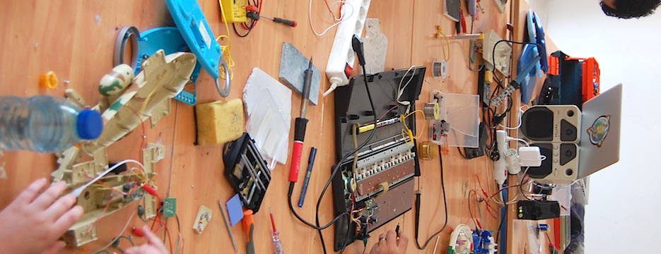 For musicians using hacked instruments or circuit-bending,this workshop aims at providing structuring tools for articulating a consistent musical discourse, beyond experimentation and improvisation.