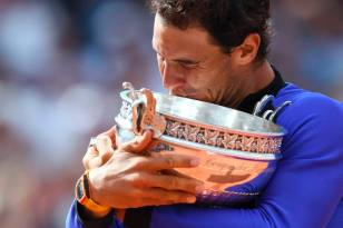 Spain's Rafael Nadal poses with his trophy after winning the men's final tennis match against Switzerland's Stanislas Wawrinka at the Roland Garros 2017 French Open on June 11, 2017 in Paris. / AFP PHOTO / FRANCOIS XAVIER MARIT