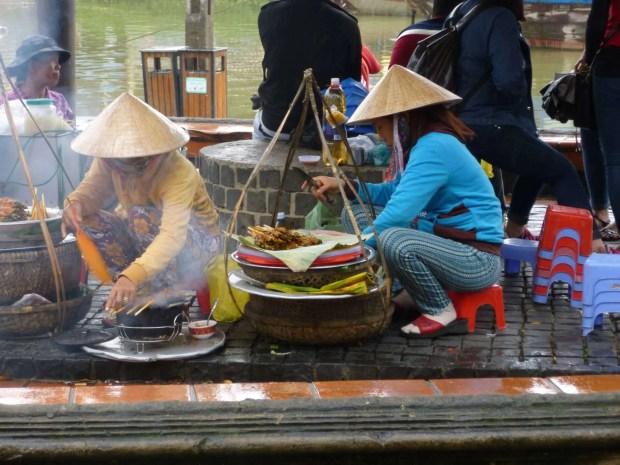 Venditrici di spiedini sul lungofiume di Hoi An