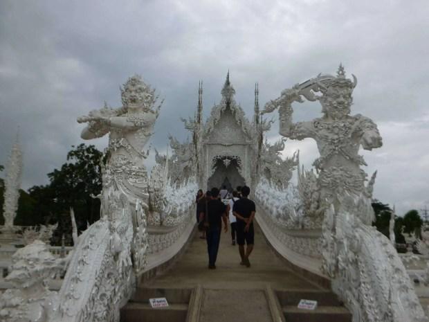 Entrata al tempio bianco di Chiang Rai