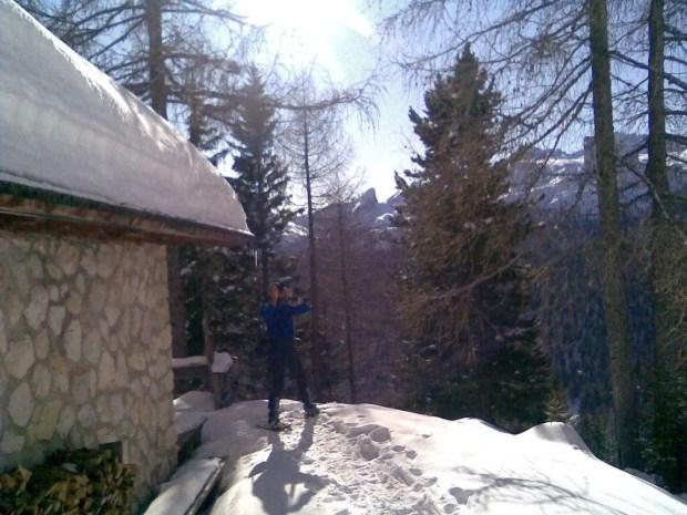 Escursioni con le ciaspole da Cortina: pausa foto al Cason de Sotcordes