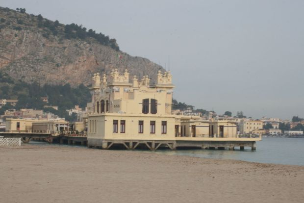Tour della Sicilia: la spiaggia di Mondello nei dintorni di Palermo