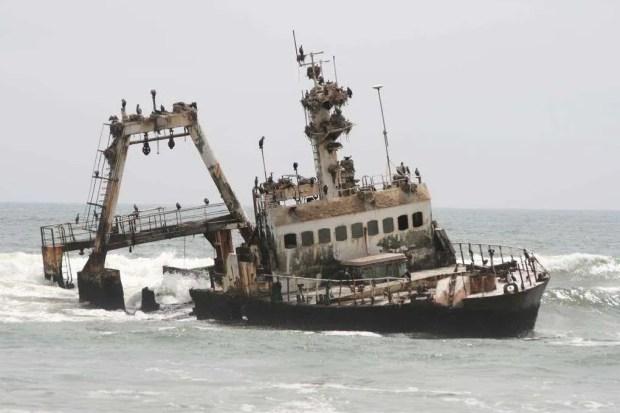 Il relitto di una nave a largo della Skeleton Coast