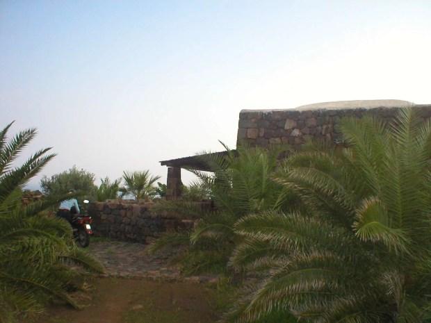 Vacanza a Pantelleria: dormire in un dammuso