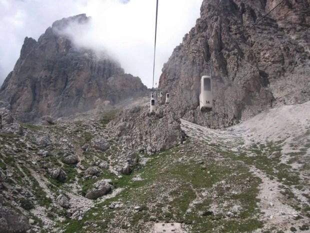 La cabinovia che collega il Rifugio Toni Demetz con il Passo Sella