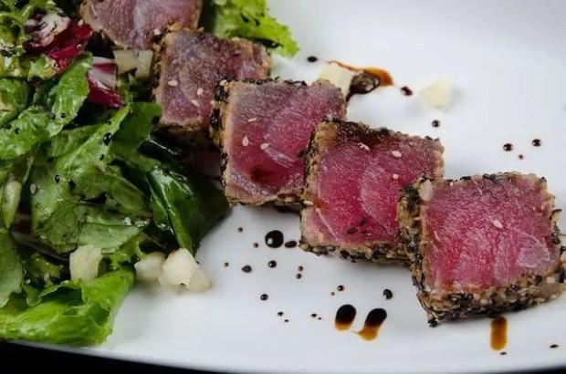 Una travel blogger amente del cibo e il tataki di tonno
