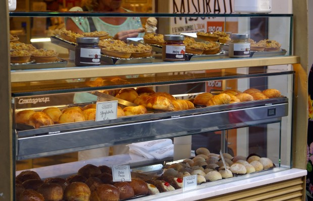 La vetrina di una pasticceria di Napoli
