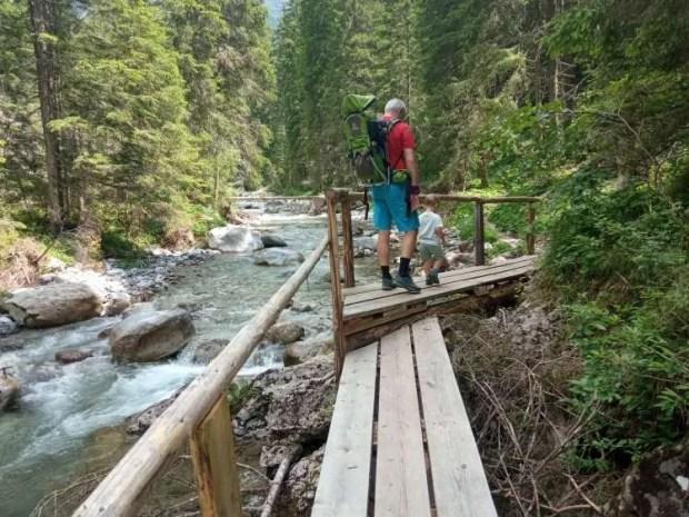 Passaggio su di un ponte lungo il Sentiero naturalistico del Piave