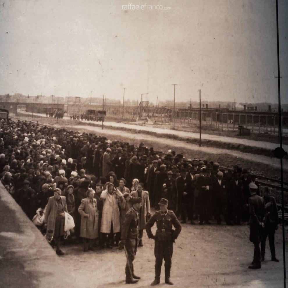 La colonna di prigionieri in attesa