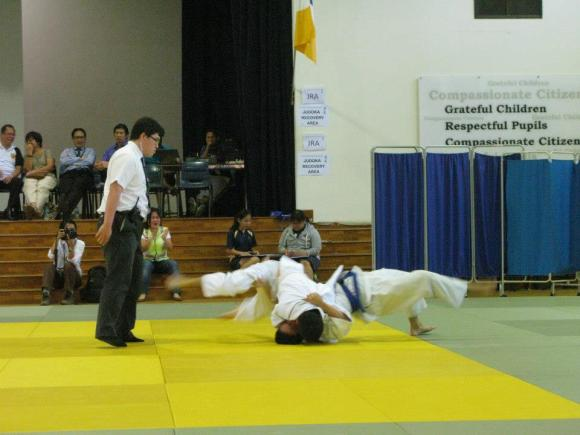 Kang Ren trying to hold his opponent
