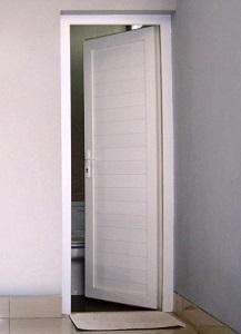 pintu kamar mandi warna putih