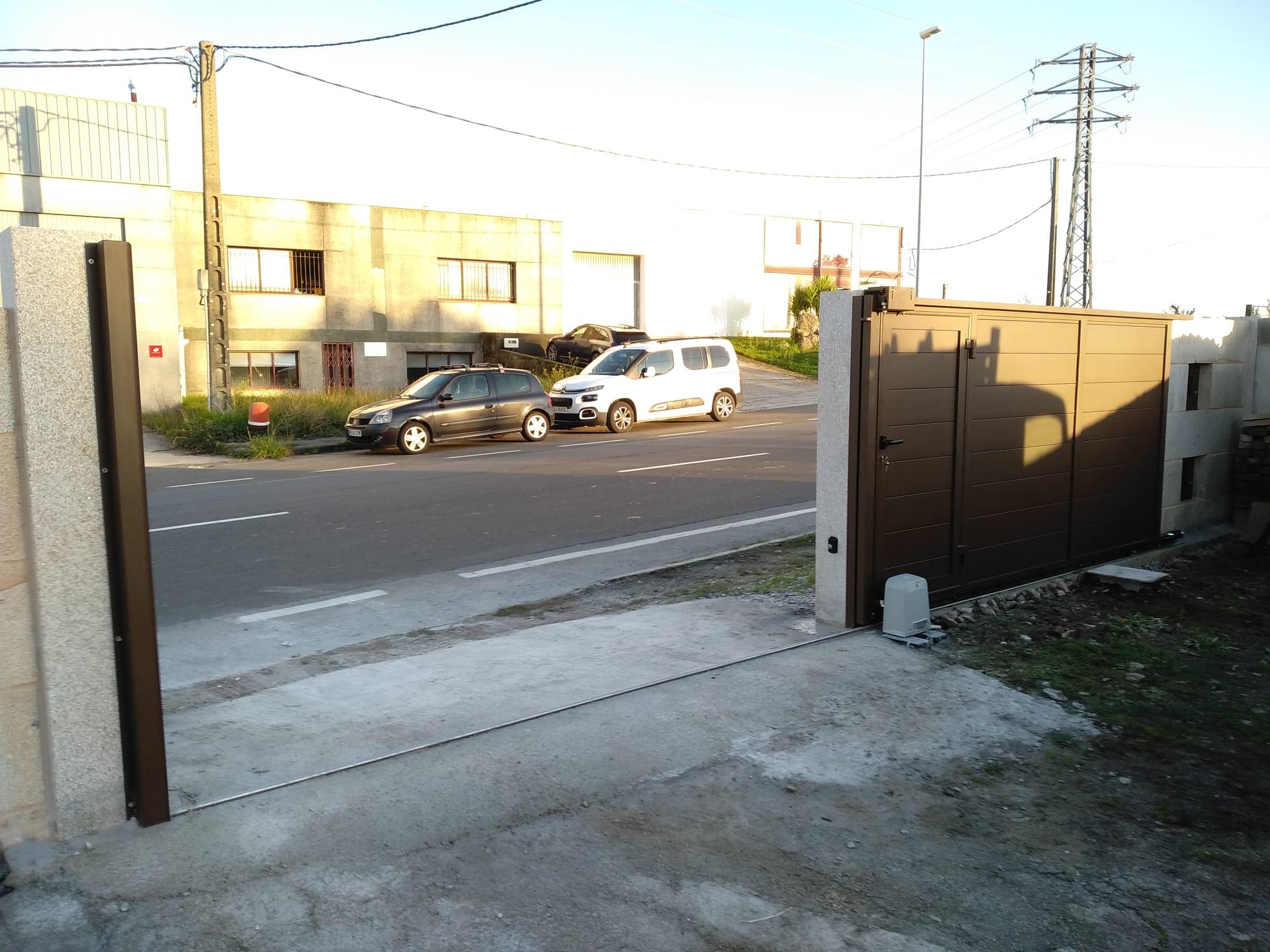 Portal corredera con peatonal insertada en Santiago de Compostela 3