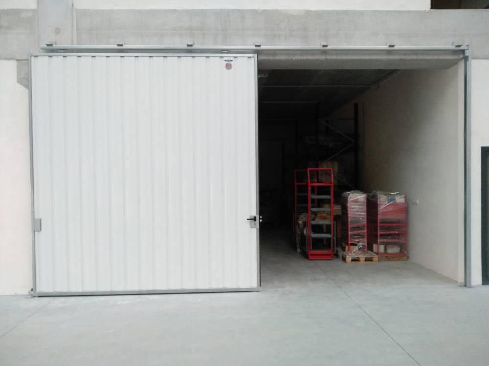 Portales corredera y batiente industriales instalados en Nigrán (Pontevedra) 7