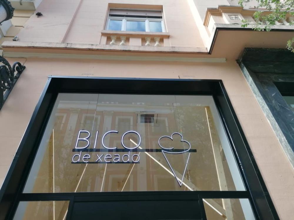 Espectacular puerta Collbaix Duet con fijos de cristal instalada en nueva heladería en Madrid 3