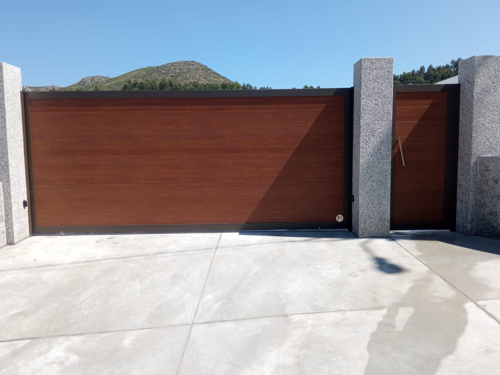 Portales de aluminio imitación madera instalados en Fornelos de Montes 2
