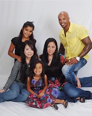 クリストファーさん一家。百合子さん(右から2人目)の左隣は母親の寿子さん(写真=百合子さん提供)
